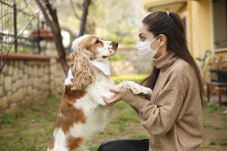 žena s ochranným rúškom na tvár